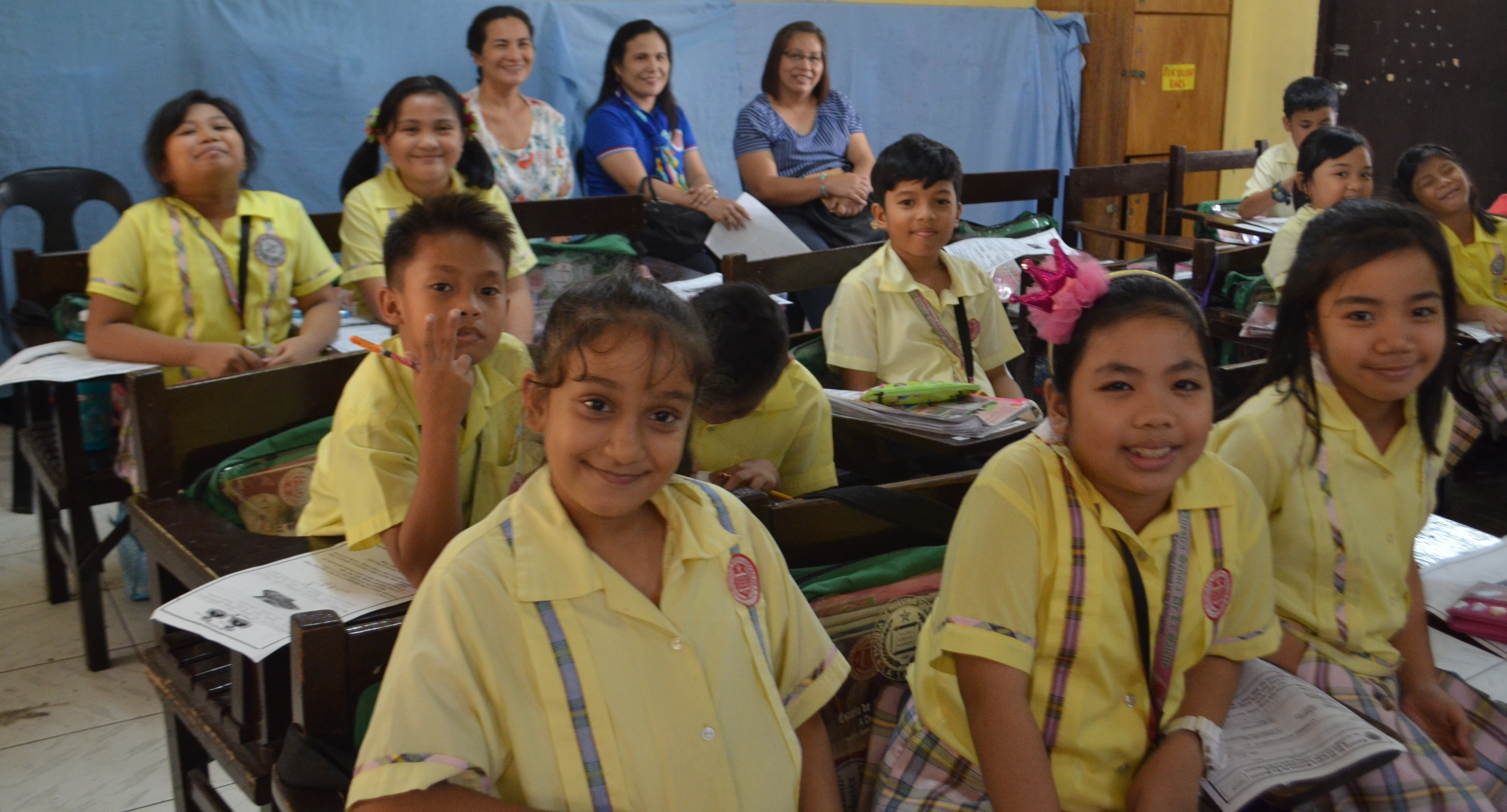 Students of La Salette School in Dagupan welcome LGU reps (back row) from different provinces and show them how the Dynamic Learning Program is being implemented in their classes.
